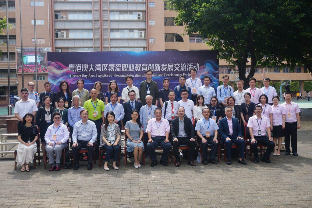 代表團與廣州市工貿技師學院的領導與老師合影