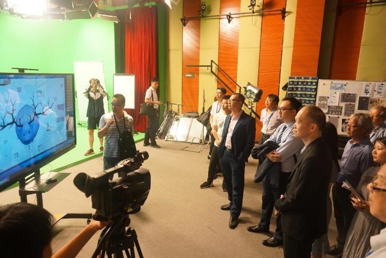 代表團在參觀多功能攝影棚實訓基地