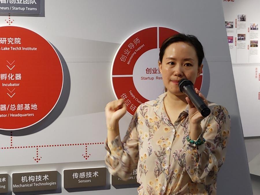 松山湖國際機器人產業基地相關負責人在介紹產業基地的情況